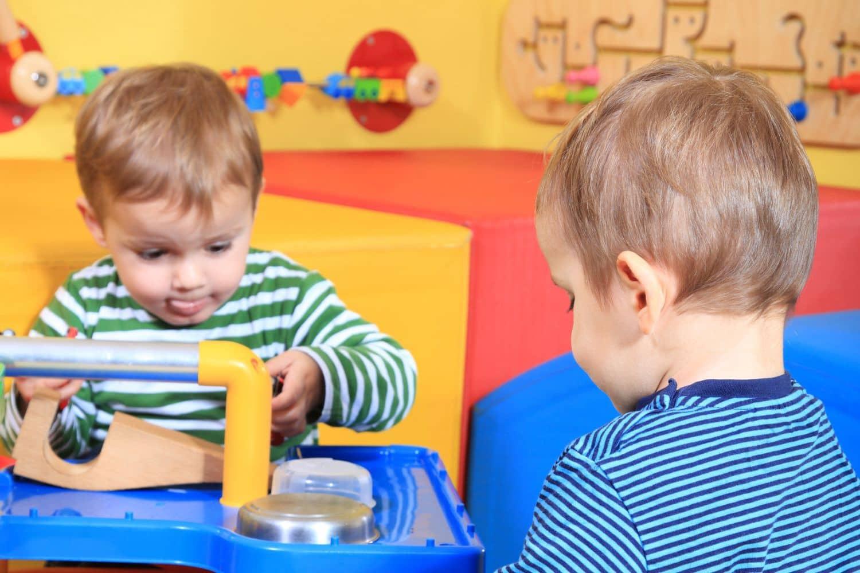 Das Kinderzimmer wird intensiv zum Spielen genutzt, außerdem als Schlafzimmer – einige Sicherheitshinweise sollten Eltern daher beachten. Foto: Kaarsten - Fotolia