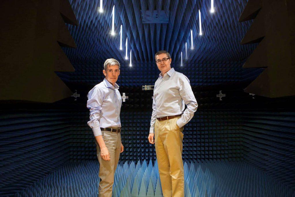 Joaquín Torrecilla, CTO von DEKRA Testing & Certification S.A.U. (im Bild rechts), und José de la Plaza, Direktor des Telekommunikations-Labors