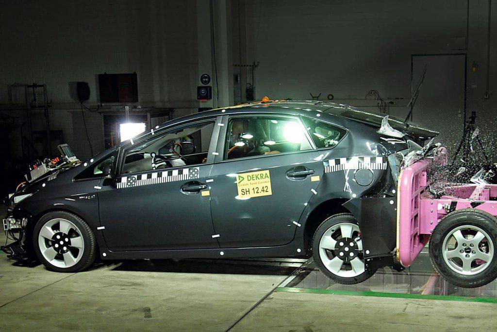 In Neumünster haben Experten einen Crashtest mit einem Toyota Prius Hybrid durchgeführt. Foto: DEKRA